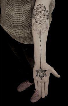 Belo tribal temático manga da tatuagem. O design, bem como do local onde é colocado carrega uma semelhança com a forma como os Índios também tinta e pintar-se. Belos desenhos com um sentimento místico.