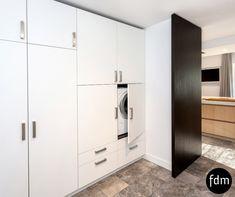 De moderne witte bergingkasten zorgen dat alles netjes opgeruimd en weggewerkt is. Via de taatsdeur komt je in de keuken. De zwart beits eiken taatsdeur is dezelfde kleur als die van de keuken. Alles is volledig afgestemd op uw wensen.