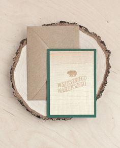 Kartka okolicznościowa, z zielonego papieruz cienkim płatkiem drewna klonowego na wierzchu. W zestawie znajduje się również ekologiczne koperta.  Potrzebujesz więcej kartek? Jesteś zainteresowany większą ilością tego wzoru. Tu możesz kupić zestaw 4, 8 i 12 kartek Kartki wysyłane są w specjalnej usztywnionej kopercie dziękiczemu możesz być pewien że nic się niepogniecie.