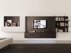 un meuble tv en bois suspendu avec une petite bibliothèque encastrée