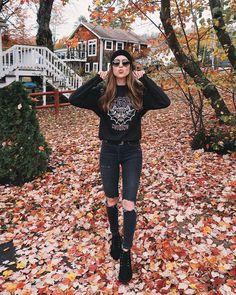 Girl enjoying the fall season. #seasons #fall #outono #autumn #fallseason #leaves #coloursofautumn @nicholeciotti