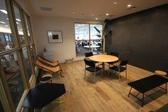 未来妄想室の内部。タイプの異なるいすを並べ、思い思いの格好で議論できるようにしている(写真:ケンプラッツ)扇形レイアウトや席替えで活性化、クロスカンパニー 日経BP社 ケンプラッツ