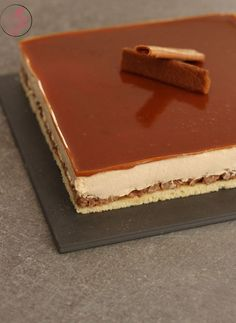 Pour ses 14 ans, ma fille a voulu un gâteau d'anniversaire au caramel. Quand c'est son tour de choisir les parfums du gâteau on se retrouve souvent avec du caramel ou de la noix de coco… Salted Butter, Entremet Caramel, Mousse Caramel, Entremet Recipe, Layered Desserts, Desserts Caramel, Pastry Art, Cheesecake Bites, Gastronomia