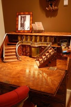 I want a desk with hidden compartments! This full-sized desk features a miniature staircase, secret drawers and compartments, and more surprises. Very weird. I have dreamed of having a desk with secret drawers for a long time!