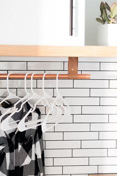 DIYでリノベーションしたサブウェイタイル貼りのランドリールーム 上部収納下の衣類用の吊り下げハンガーラック アップ