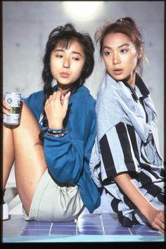 昭和63年のトレンディードラマ「抱きしめたい!」から浅野温子(右)と浅野ゆう子。当時、多くの若者がドラマの影響を受けた (フジテレビ提供、©フジテレビ)
