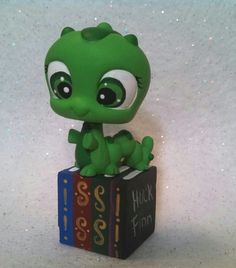 Book Worm Custom Lps, Custom Vinyl, Lps Accessories, Lps Littlest Pet Shop, Polymer Clay Figures, Little Pet Shop, Cutest Thing Ever, Cool Pins, Toy Craft