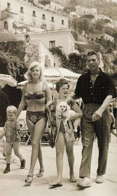 hollywood stars Jayne Mansfield and her family, Positano Hollywood Icons, Vintage Hollywood, Hollywood Glamour, Hollywood Stars, Hollywood Actresses, Classic Hollywood, Actors & Actresses, Janes Mansfield, Cinema Tv