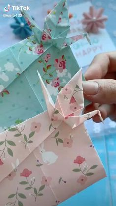 Origami And Quilling, Paper Crafts Origami, Origami Paper, Hand Crafts For Kids, Diy Crafts For Gifts, Origami Flowers Instructions, Kirigami, Geometric Origami, Origami Envelope