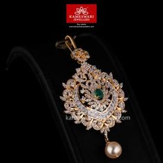 Shop traditional maang tikka online from Kameswari Jewellers in India. Choose from latest maang tikka and bridal jewellery collections. Tika Jewelry, Jewelry Design Earrings, Gold Earrings Designs, Gold Jewellery Design, Necklace Designs, Indian Jewelry, Pendant Jewelry, Wedding Jewelry, Gold Jewelry