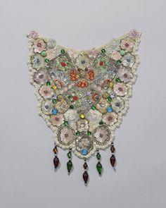 De zondagse beuken in Axel werden versierd met zogenaamde kraalstukken. Deze versieringen, die zowel voor- als achter werden aangebracht, waren in de openvallende schouderdoek te zien. ~ Antique textile