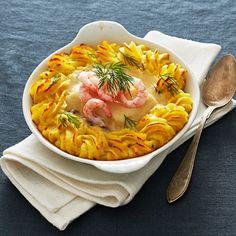 Vem tackar nej till en riktigt fin fiskgratäng? Den här är det nästan lite retrokänsla på. Koka ihop en god vitvinssås, ladda potatismoset med parmesan och matcha med finfina portionsbitar torskfilé. Skjuts in i ugnen! Strössla sedan med färska räkor och dill. Swedish Recipes, Recipe For Mom, Fish And Seafood, Fish Recipes, Food Inspiration, Thai Red Curry, Parmesan, Food Porn, Dessert Recipes