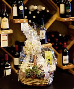 Getting Started with Aromatherapy Gifts Wrapping Gift Baskets, Basket Decoration, Table Decorations, Creative Gifts, Creative Ideas, Fun Ideas, Ideas Para, Gift Ideas, Wine Time