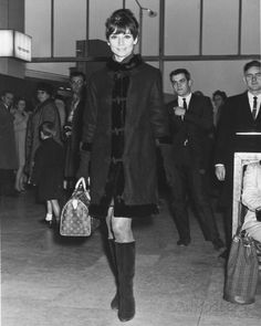 Audrey Hepburn at Heathrow Airport November Audrey Hepburn with her Louis Vuitton Speedy Hepburn found the Speedy 30 too large, so she had Louis Vuitton make a smaller Speedy for her. And that's how the Speedy 25 was born! Louis Vuitton Online, Buy Louis Vuitton, Louis Vuitton Speedy 25, Louis Vuitton Wallet, Louis Vuitton Monogram, Audrey Hepburn Outfit, Audrey Hepburn Photos, Aubrey Hepburn, Divas
