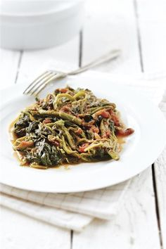 "Vleeta or Vlita (Amaranth leaves) is a kind of ""horta"" (greens) that during the Summer months are very popular around Greece and my personal. Greek Cooking, During The Summer, Greek Recipes, Tomato Sauce, Japchae, Summertime, Cooking Recipes, Leaves, Vegetables"
