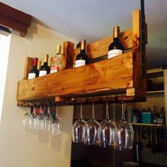 Glass holder and wine rack for the bar to build your own home - Pallet Projects Garden Pallet Furniture Tutorial, Wooden Pallet Projects, Upcycled Furniture, Rustic Furniture, Home Decor Styles, Diy Home Decor, Bar Palettes, Homemade Wine Rack, Pallet Counter
