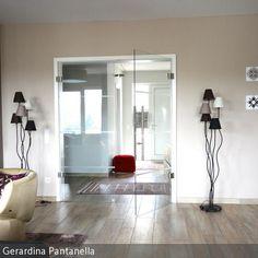Die Stehlampe mit Stoffschirmchen in deckenden Farmen bringen eine kleine verspielte Note ins Wohnzimmer.