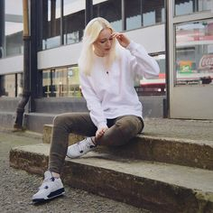@iiynx ma #piorunnaklacie na #air_crewneck  Dzięki za foto!  #repost #piorun #polishgirl #blonde #city #streetwear #jordan #kicksonfire #snobshots