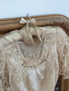 Another beautiful antique dress - Susan Antique Lace, Vintage Lace, Vintage Looks, Vintage Dresses, Vintage Outfits, Vintage Fashion, Vintage Soul, Pearl And Lace, Linens And Lace