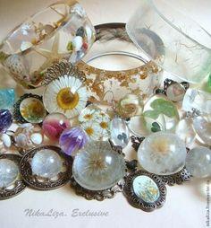タンポポの綿毛や、花びらなど自然のものを閉じ込めたレジンの美しいアイデアをご紹介します♡