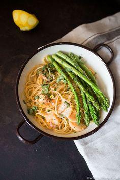 Grüner Spargel aus der Pfanne mit Kimchi-Spaghetti