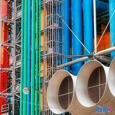 Centre Pompidou di Parigi. Un trionfo di forme e colori da fuori. Al suo interno offre un centro dedicato all'arte moderna, un museo del design, una biblioteca pubblica, attività musicali, cinematografiche e audio-visive.