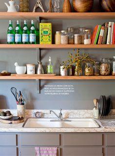 Detalhes aconchegantes na decoração. Veja mais: http://www.casadevalentina.com.br/blog/materia/cheia-de-aconchego.html  #decor #decoracao #interior #design #home #color #cor #cozy #charm #charme #aconchego #details #detalhes #kitchen #cozinha #casadevalentina