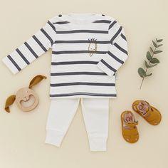 Look • T-shirt marinière glace Poudre organic et Mathilde Cabanas • legging uni Poudre organic • hochet bois lapin Mielasiela • Sandalettes souples cuir Easy Peasy #look #baby #naissance #mode #enfant #poudreorganic #mielasiela #easypeasy