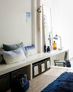 Over de lengte van deze ruimte is een lage wandbank geplaatst. Deze is te gebruiken als zitplek, maar ook als sidetable. Laat je inspireren.