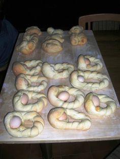 Langhe-Monferrato:Bubbio:Tradizioni Locali:Festività Pasquali:uova cotte nel pane e pagnotte..........................Langhe-Monferrato: Bubbio: Local Traditions: Easter holidays: eggs cooked in bread and loaves