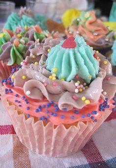 Receta de cupcakes - Como hacer cupcakes - ¡Atrévete a elaborar tus propios cupcakes! > Cupcake básico de vainilla Ingredientes: - 200 gr. de azúcar - 140 gr. de mantequilla - 2 huevos - 150 ml. de leche - 230 gr...