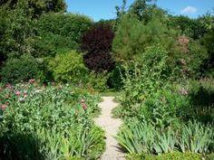 Maison et jardins de Claude Monet - Jardin de Monet, à Giverny : Clos Normand : petite allée bordée de massifs de fleurs