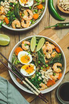 Ramen aux crevettes, petits légumes et œuf mollet Asian Recipes, Ethnic Recipes, Poke Bowl, Wok, Paella, Cobb Salad, Bowls, Cooking, Recipes