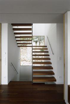 escalier suspendu avec palier, marches en bois et main courante en métal