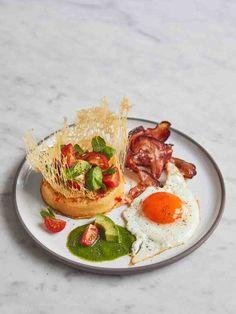 Avocado & bacon eggy crumpets   Jamie Oliver recipes Green Chilli Sauce, Go Veggie, Healthy Breakfast Recipes, Breakfast Ideas, Breakfast Time, Brunch Recipes, Jamie Oliver, Avocado Recipes, Meals For One