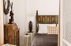 Летний домик в Коста-Браве  Семейная пара из Франции искала себе жилье в каталонской Коста-Браве. В одном из переулков городка Л'Эскала им приглянулся рыбацкий домик своим аутентичным видом. Здание XVII века почти без изменений прошло через века, и внутри него сохранились некоторые старинные детали: узкая каменная лестница, керамический сосуд для хранения питьевой воды, встроенный в стену гостиной и раковина из камня.  #дизайн #интерьер #дизайнинтерьера #мебель #дизайнерскаямебель…