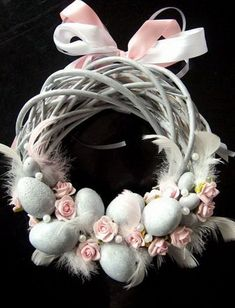 Easter Crafts Designs and Ideas Family Holiday Easter Crafts Designs and Ideas are made to fit time to celebrate the return of Spring also. Easter Crafts Designs and Ideas include huge selection of personalized Easter items. Easter Wreaths, Christmas Wreaths, Diy Osterschmuck, Diy Easter Decorations, Diy Ostern, Easter Parade, Easter Holidays, Spring Crafts, Design Crafts