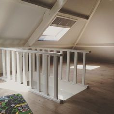 Afbeeldingsresultaat voor smalle stijle zoldertrap Stair Railing, Stairs, Traditional Interior, Attic, Cribs, New Homes, Diy Projects, Bed, Room