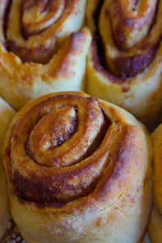 Sugar Free Cinnamon Rolls - Savvy Naturalista Yes the impossible has been done! SUGAR FREE cinnamon rolls and they are just as delicious as regular ones! Without all the sugar! Sugar Free Deserts, Sugar Free Treats, Sugar Free Recipes, Sugar Free Baking, Cure Diabetes Naturally, Diabetic Desserts, Diabetic Foods, Deserts For Diabetics, Baking For Diabetics