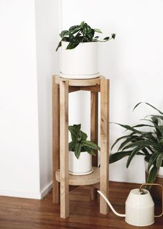 Learn how to make your own simple wooden plant stand - can be used in two ways, for one or two plants! wood projects projects diy projects for beginners projects ideas projects plans Modern Plant Stand, Diy Plant Stand, Wooden Decor, Wooden Diy, Wooden Furniture, Diy Simple, Easy Diy, Diy Vintage, Scrap Wood Projects
