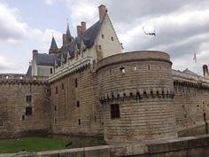 In het kasteel Chateau des ducs de Bretagne in het stadscentrum werd in 1598 door Koning Hendrik IV een edict uitgevaardigd . Hierin stond dat protestanten gewetensvrijheid kregen en hun godsdienst mochten beoefenen . In 1685 hief Lodewijk XIV het Edict van Nantes weer op .