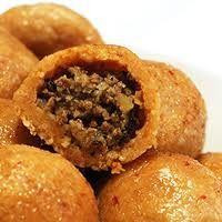 """İÇLİ KÖFTE       İçli Köfte, bulgurun hamur haline getirilerek içinin doldurulması ile elde edilen bir köfte çeşididir. Aslen Arap mutfağına ait bir yemek olup, orjinal adı """"Kibbe""""dir. Türkiyede Kahramanmaraş, Elazığ, Mardin, Diyarbakır, Hatay, Gaziantep ve Adana yörelerinde yapılmaktadır. Köftenin içi yörelere göre kıyma veya kuyruk yağından oluşabilmektedir. Karışım, soğan, maydanoz ve baharat ile desteklenmektedir. Bazı yörelerde dolgulu köfte olarak da isimlendirilmektedir."""