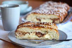 Duftende gjærbakst løfter enhver helg og gjør den triveligere! Her er en herlig hveteflette med vaniljekrem og sjokoladebiter, som er enkel og morsom å lage, og som smaker fantastisk! Bread Recipes, Cake Recipes, Norwegian Food, Norwegian Recipes, Baked Goods, Banana Bread, French Toast, Deserts, Muffin