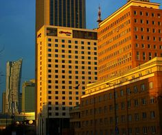 Centrum Warszawy słonecznie w przedświąteczny piątek grudnia 2016.