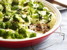 pastagratin-met-broccoli   Verwarm de oven voor op 200°C.  Kook de broccoli beetgaar in lichtgezouten water, laat schrikken in koud water en uitlekken.  Kook de penne beetgaar en meng met de broccoli. Kruid met peper, zout en nootmuskaat. Doe in een ingevette ovenschaal.  Klop de eieren los met de room, de parmezaan en de helft van de emmentaler. Kruid met peper, zout en paprikapoeder.  Giet de saus over de pasta en bestrooi met de rest van de emmentaler. Zet 30 minuten in de oven.