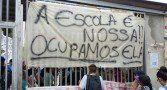 As ocupações nas escolas de São Paulo continuam Audiência de conciliação entre alunos e secretário do governo Alckmin terminou sem acordo. Ocupações de escolas continuam e reintegrações de posse estão suspensas