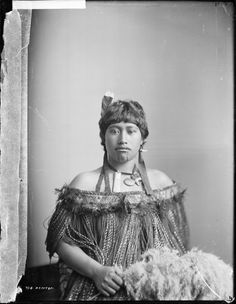 Incredible portraits of Maori women from the National Library of New Zealand. Maori People, Tribal People, Polynesian People, Nz Art, Maori Art, Ethnic Dress, Vintage Photography, Historical Photos, Traditional Outfits