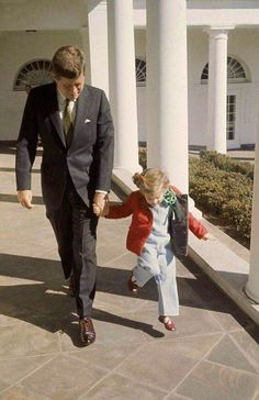 JFK and Caroline Kennedy celebrating the St Patrick's at the White House in 1961 Caroline Kennedy, Les Kennedy, Jackie Kennedy, Sweet Caroline, Jaqueline Kennedy, Robert Kennedy, Saint Patrick, American Presidents, American History