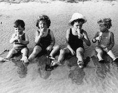 1935 Lekker in de branding een ijsje likken met vriendinnetjes.