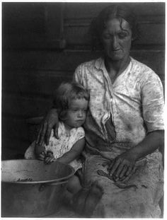 Appalachian life mother and child (doris ulmann, appalachian portraits, Old Pictures, Old Photos, Vintage Photos, Vintage Photographs, Appalachian People, Appalachian Mountains, Great Depression, Kids Seating, Down South